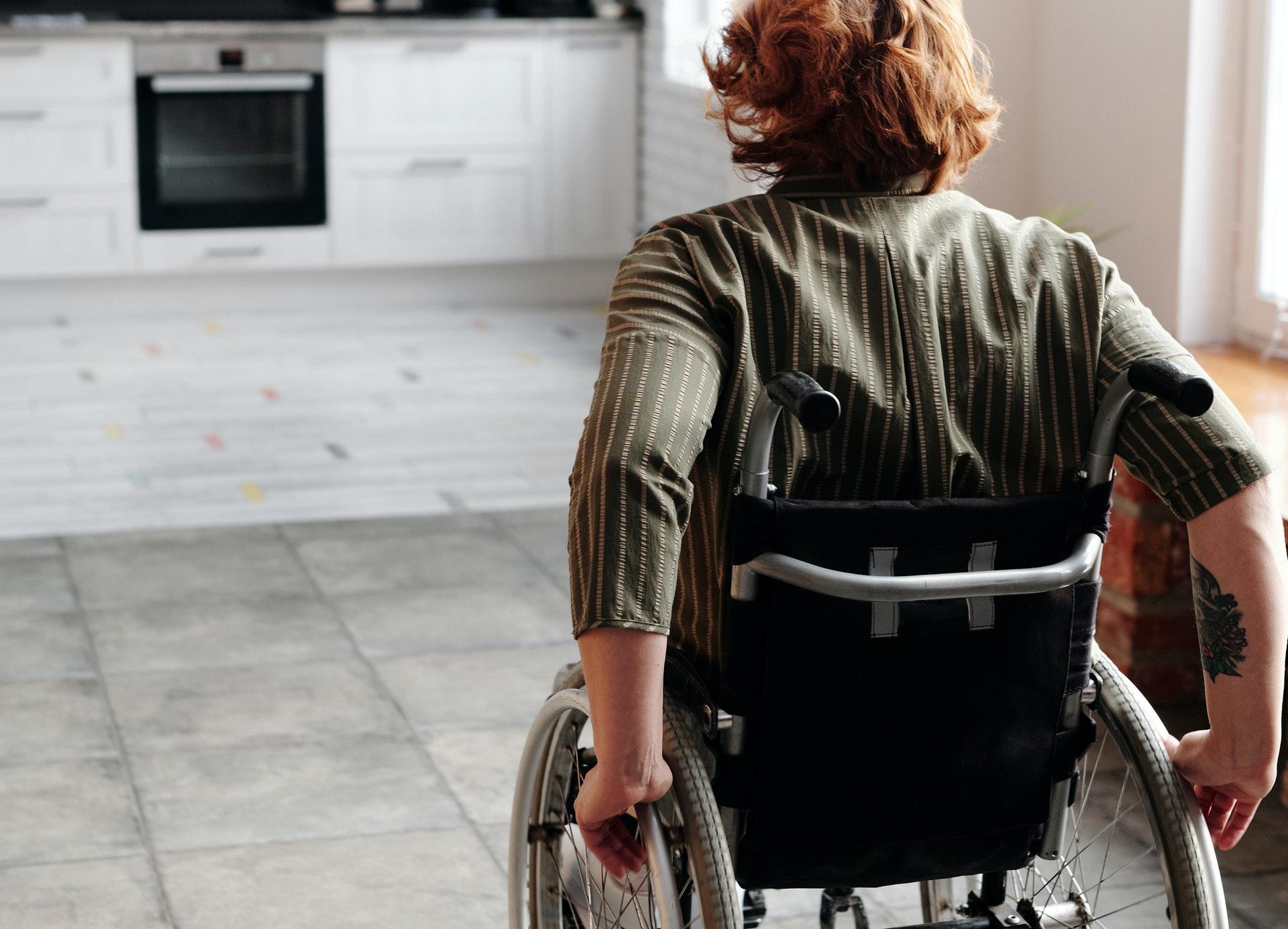 Rollstuhlfahrer in der Küche